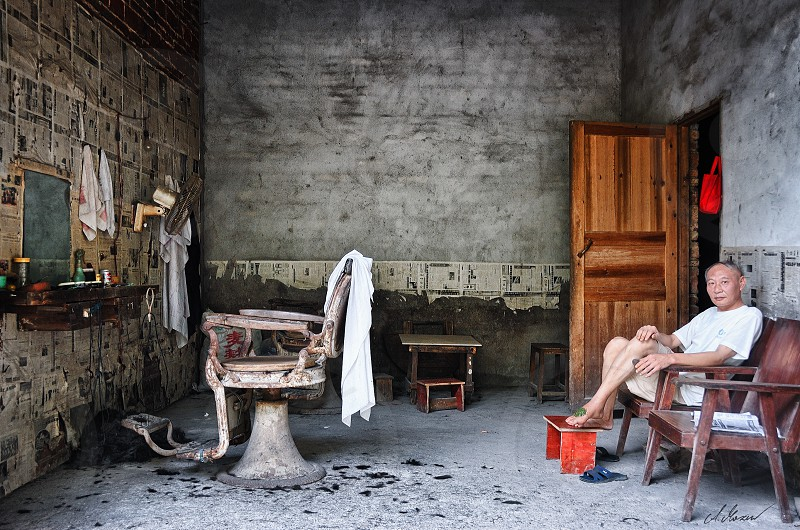 old man sitting on a chair barber hairdresser wellness photo