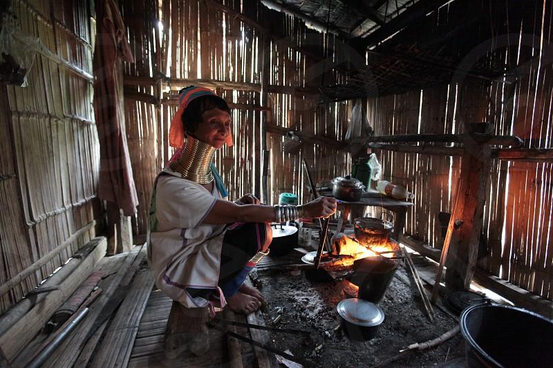 Eine Traditionell gekleidete Langhals Frau eines Paudang Stammes aus Burma lebt in einem Dorf noerdlich von Chiang Mai in Nord Thailand. photo