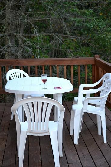 white monoblock chair near the table photo