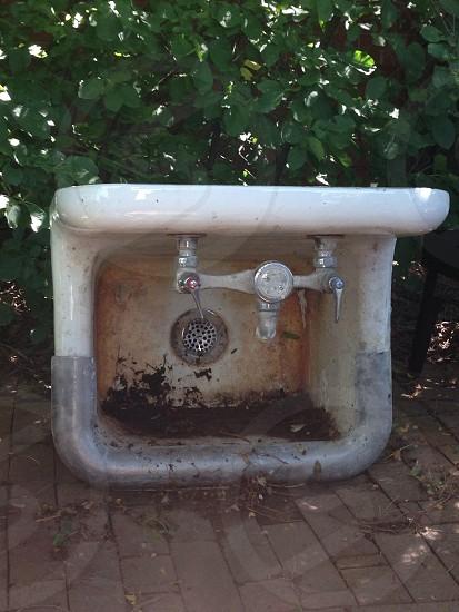white ceramic sink photo