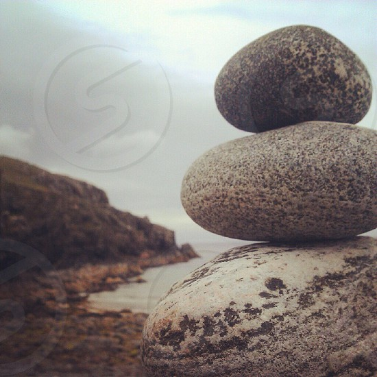 focus photo of gray rock formation photo