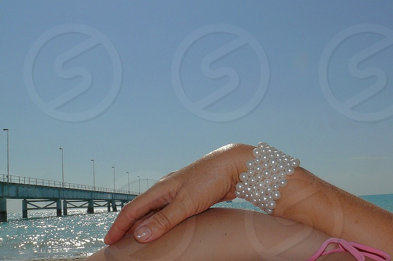 women's white pearl beads bracelet photo