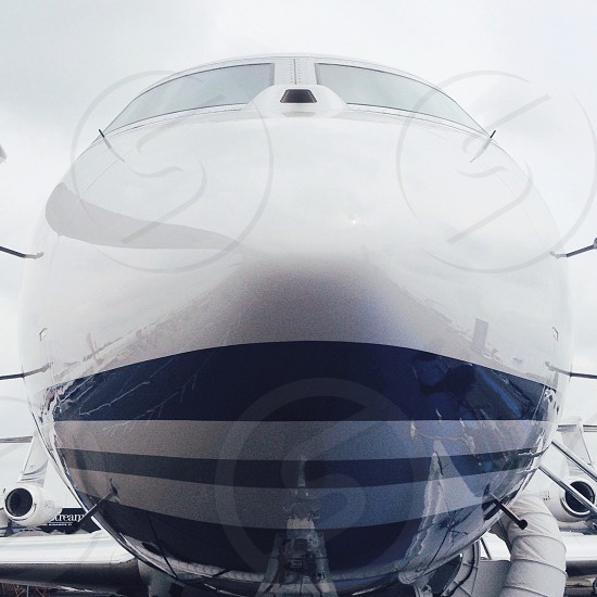 white and gray striped airplane photo