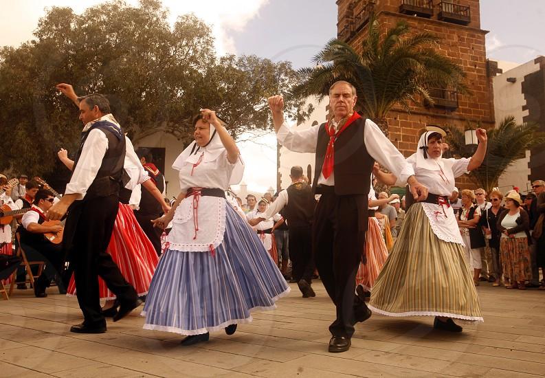 EUROPA SPANIEN ATLANTISCHER OZEAN KANAISCHE INSELN KANAREN LANZAROTE INSEL TEGUISE MARKT SONNTAGSMARKT FOLKLORE TANZ TRADITION KULTUR TRACHT TOURISTEN TOURISMUS Eine Folklore Tanzgruppe bei einem Auftrit waehrend des Sonntagsmarkt von Teguise  im Osten der Insel Lanzarote auf den Kanarischen Inseln.  (KEYSTONE/Urs Flueeler)  photo