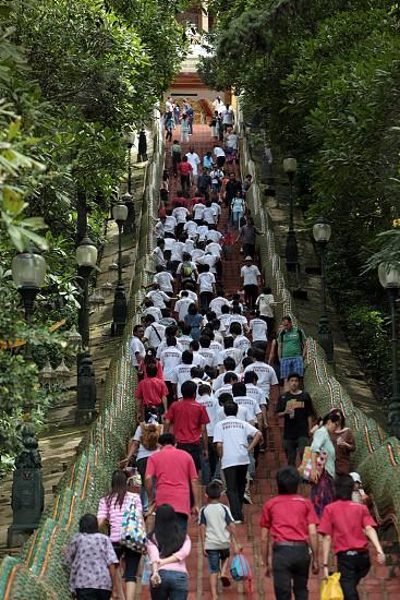 Menschen wandern zum Wat Phra That Doi Suthep Tempel in Chiang Mai im Norden von Thailand. photo