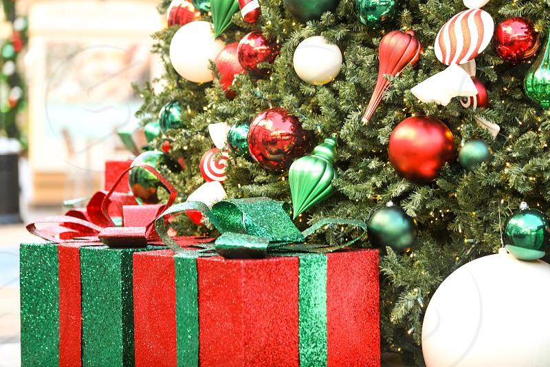 ChristmasChristmas treepresentsgiftsbokehdecorationglittershinygorgeouscityholidayribbonornamentsUSAlightsmerryjollycolorfulhappycolourfulredgreen photo