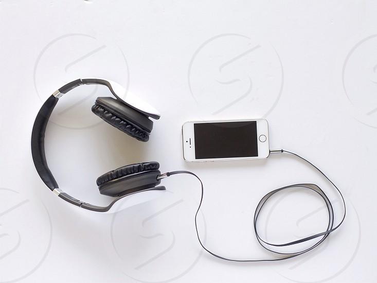iphone 5s with headphone photo