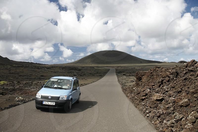 EUROPA SPANIEN ATLANTISCHER OZEAN KANAISCHE INSELN KANAREN LANZAROTE INSEL  LANDSCHAFT VULKAN BERGE NATUR WETTER AUTO MIETAUTO STRASSE Die Landschaft mit Vulkanischen Huegel auf der Insel Lanzarote auf den Kanarischen Inseln.  (KEYSTONE/Urs Flueeler)  photo