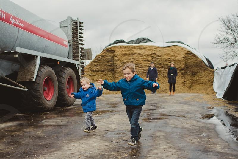 kids running farm family mum dad travel tractor adventure love toddler kid  photo