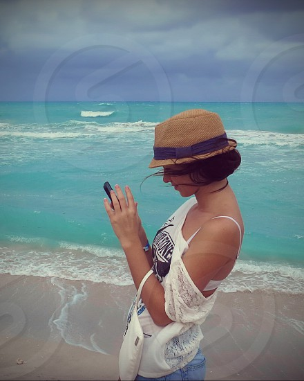 mobile photography phone ocean vavation discovery cuba girl hat blue beach coast wind photo