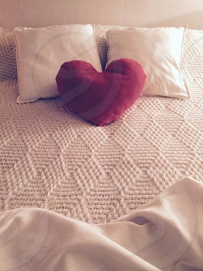 camera da letto cuscino cuore decorazione arredamento dettagli amore photo