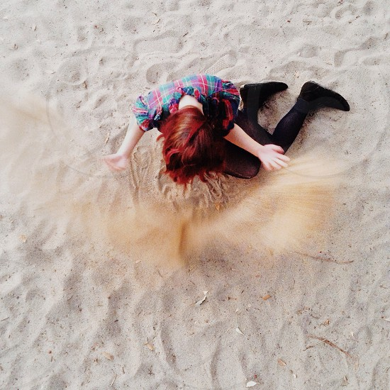 girl playing sand top view photography photo