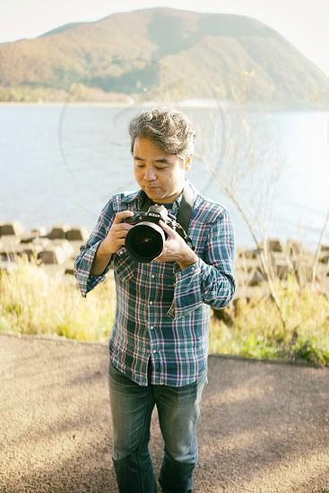 man holding dslr camera photo