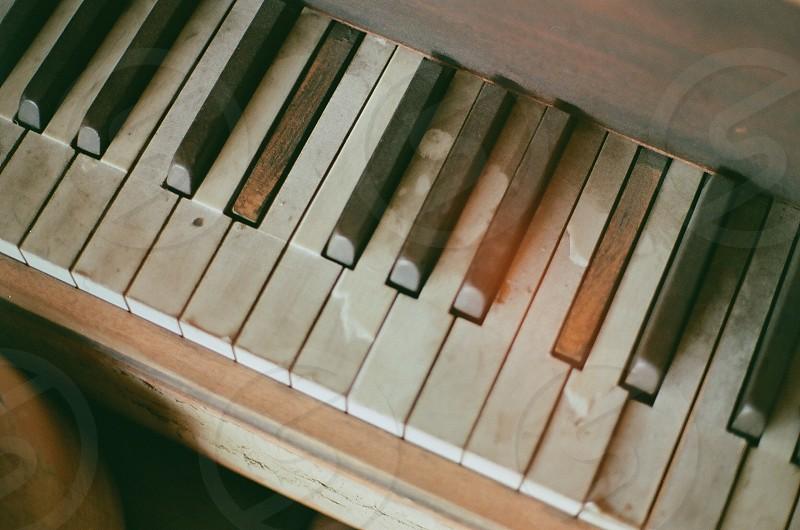 white electronic piano  photo