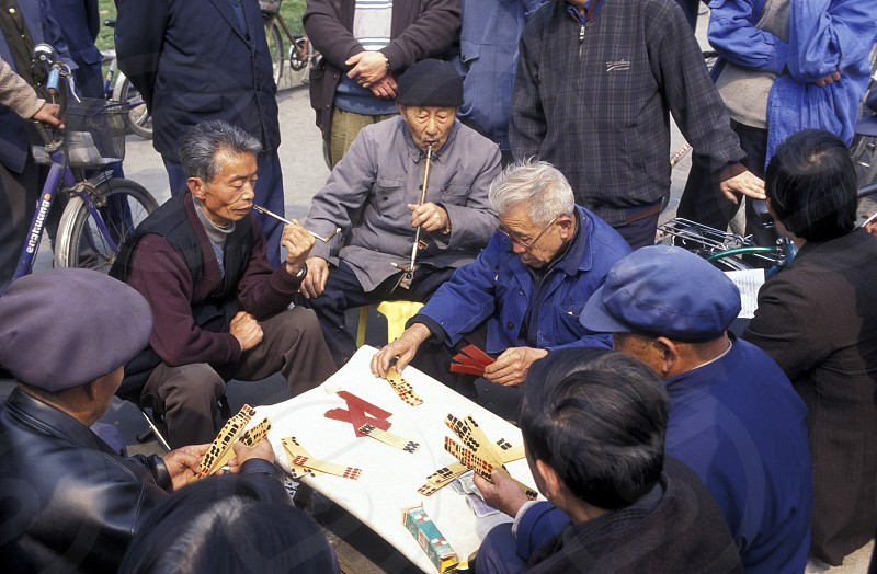 Older people play chinese games in a parc in the city of Chengdu in the provinz Sichuan in centrall China. photo