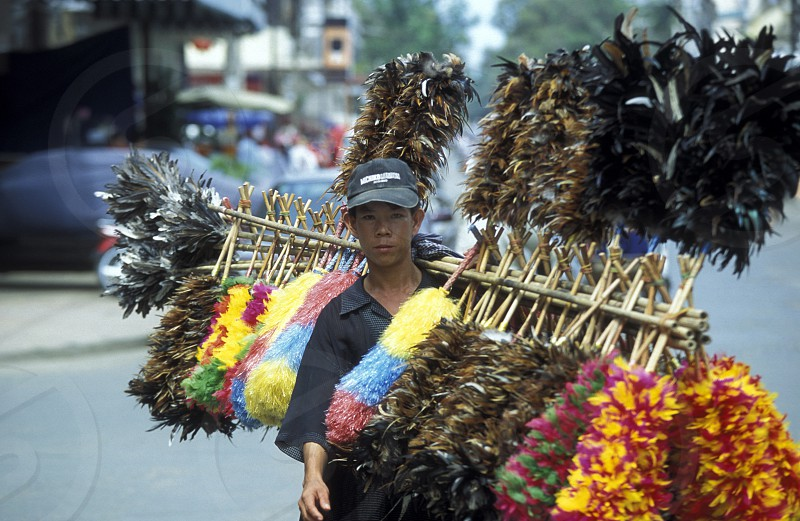 Ein Ferden Staubbesen verkaeufer in der Hauptstadt Phnom Penh in Kambodscha.  (URS FLUEELER) photo