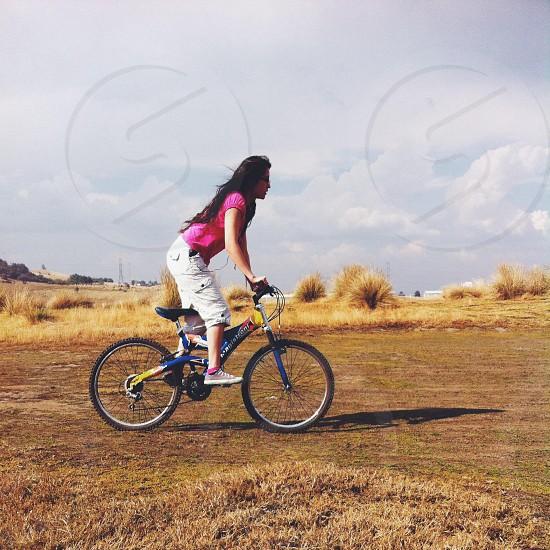 Faire le vélo fun listen music field enjoy.  photo