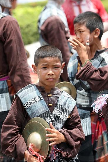 Ein Musiker einer  traditionellen Tanz Gruppe zeigt sich an der Festparade beim Bun Bang Fai oder Rocket Festival in Yasothon im Isan im Nordosten von Thailand.  photo