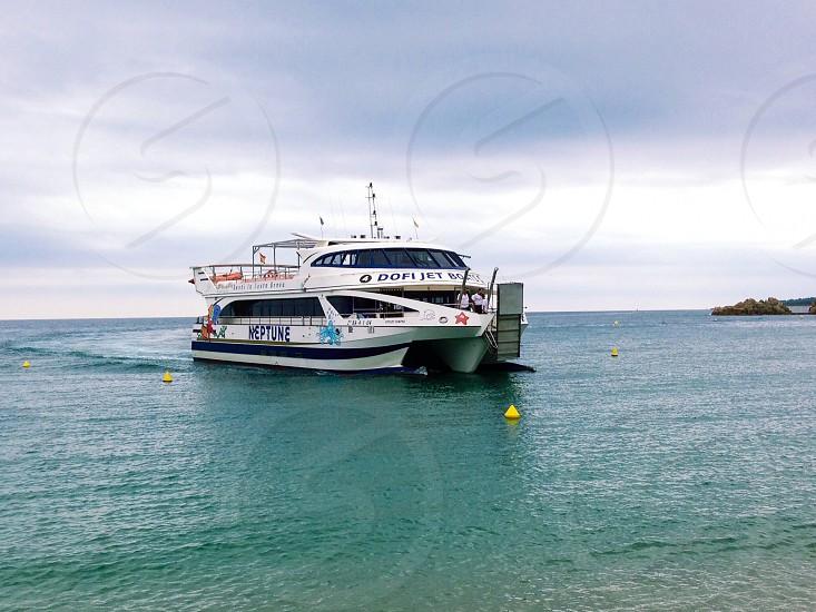 white dofi jet boat on ocean photo