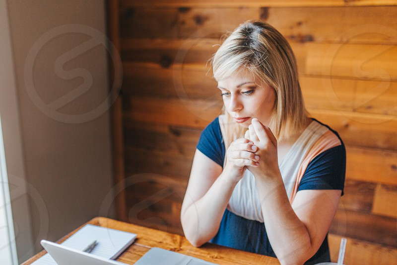 Young woman with Rheumatoid Arthritis working in a coffee shop photo