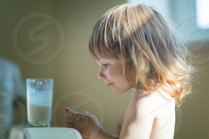 creameatingicelittlechildhood milk drink morning indoor home window light breakfast family sisters twoadorablecaucasiancheerfulchildchocolatecolorfulcutedaydeliciousdessertemotionenjoyexpressionfood photo