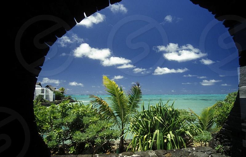 Ein Sandstrand an der Westkueste von Mauritius im Indischen Ozean.  photo
