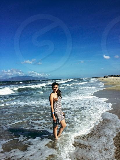 Girl joven locura aventura explorando primera vez el mar sentir felicidad photo